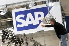 """<p>SAP, n°1 mondial des logiciels, relève son objectif de chiffre d'affaires, pour prendre en compte l'acquisition de la société de """"cloud computing"""" Ariba, parachevée ce mois-ci. Le groupe allemand anticipe un CA annuel tiré des logiciels et services connexes en hausse de 10,5% à 12,5%. /Photo d'archives/ REUTERS/Thomas Peter</p>"""