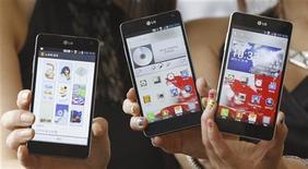 <p>LG Electronics, deuxième fabricant mondial de téléviseurs, renoue avec le bénéfice au troisième trimestre grâce au redressement plus rapide que prévu de ses ventes de téléphones mobiles. /Photo prise le 18 septembre 2012/REUTERS/Lee Jae-Won</p>