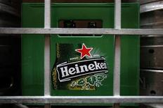 <p>Le CA de Heineken, troisième brasseur mondial, a augmenté de 4% à 4,97 milliards d'euros, à comparer à un consensus Reuters de 4,93 milliards. /Photo d'archives/REUTERS/Tim Chong</p>