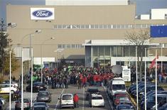 <p>Ford fermera son usine belge de Genk, qui emploie 4.300 personnes, d'ici la fin 2014 dans le cadre d'une restructuration de ses opérations européennes. Les modèles Mondeo, Galaxy et S-Max de nouvelle génération seront assemblés à l'usine de Valence en Espagne. /Photo prise le 24 octobre 2012/REUTERS/Laurent Dubrule</p>