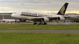 <p>Singapore Airlines annonce mercredi une commande de cinq Airbus A380 supplémentaires et de 20 A350, d'un montant global de 7,5 milliards de dollars (5,8 milliards d'euros). /Photo prise le 14 juillet 2012/REUTERS/Arnd Wiegmann</p>