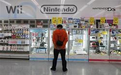 <p>Nintendo réduit de 43% son objectif de bénéfice d'exploitation annuel, en raison de l'appréciation du yen et de la baisse des ventes des consoles de jeux. /Photo prise le 22 octobre 2012/REUTERS/Kim Kyung-Hoon</p>