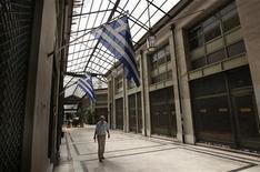 <p>Les bailleurs de fonds internationaux de la Grèce lui ont accordé un délai supplémentaire pour atteindre ses objectifs budgétaires, selon le ministre grec des Finances. /Photo prise le 22 août 2012/REUTERS/John Kolesidis</p>