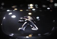 """<p>Le gouvernement français veut croire que la garantie de sept milliards d'euros apportée à la banque du groupe PSA Peugeot Citroën est """"euro-compatible"""" mais rien n'est moins sûr, estiment des experts du droit européen de la concurrence./Photo prise le 27 septembre 2012/REUTERS/Christian Hartmann</p>"""
