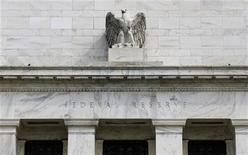 <p>Sans surprise, la Réserve fédérale américaine a confirmé à l'issue de sa réunion de politique monétaire son dernier plan de soutien à l'économie, redisant à la fois qu'elle allait poursuivre ses rachats de titres de dette jusqu'à ce que la situation du marché du travail s'améliore significativement et que les taux resteraient proches de zéro jusqu'à la mi-2015. /Photo prise le 22 août 2012/REUTERS/Larry Downing</p>