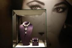 <p>Lors d'une vente aux enchères de bijoux ayant appartenu à Elizabeth Taylor. L'actrice, décédée en 2011, a subtilisé à Michael Jackson la première place du classement des personnalités du spectacle les plus rentables après leur mort, publié mercredi par Forbes. /Photo d'archives/REUTERS/Mike Segar</p>