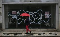 <p>Dans une rue de Lisbonne. Le Fonds monétaire international (FMI) a approuvé mercredi le versement d'une tranche d'aide de 1,5 milliard d'euros au Portugal. /Photo prise le 18 octobre 2012/REUTERS/Rafael Marchante</p>