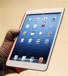 <p>Imagen de archivo del nuevo iPad mini durante un evento de Apple en San Jose, oct 23 2012. Entre la fanfarria que acompañó al ruidoso lanzamiento del iPad mini esta semana, Apple también presentó los nuevos computadores Mac. REUTERS/Robert Galbraith</p>
