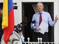 """<p>Imagen de archivo del fundador de WikiLeaks, Julian Assange, durante una conferencia de prensa desde un balcón de la embajada de Ecuador en Londres, ago 19 2012. El fundador de WikiLeaks, Julian Assange, dijo el jueves que Estados Unidos tendría que terminar la investigación """"inmoral"""" sobre su sitio web, que divulga públicamente informaciones filtradas y sensibles para los gobiernos, antes de considerar abandonar la embajada de Ecuador en Londres. REUTERS/Chris Helgren</p>"""