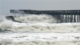 <p>الامواج تضرب الساحل قبالة فرجينيا قبل الاعصار ساندي يوم الاثنين - رويترز</p>