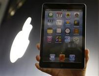 <p>Un hombre sostiene una réplica del nuevo iPad mini de Apple durante el lazamiento de ese tablent en Tokio, nov 1 2012. El nuevo iPad mini de Apple incluiría un controlador de pantalla LCD de la surcoreana Samsung, que es un proveedor clave pero también el gran rival de la firma de Silicon Valley en una guerra mundial de dispositivos móviles. REUTERS/Toru Hanai</p>