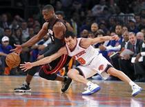 <p>Le New-Yorkais Pablo Prigioni (à droite), à la lutte avec Dwayne Wade, du Miami Heat, vendredi sur le parquet du Madison Square Garden. Les New York Knicks ont fait souffler un fort vent de défaite, vendredi, sur leurs adversaires floridiens, champions en titre de la NBA nettement battus 104-84. /Photo prise le 2 novembre 2012/REUTERS/Ray Stubblebine</p>