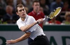 <p>Le Polonais Jerzy Janowicz s'est qualifié samedi pour la finale du Masters 1000 de Paris-Bercy aux dépens du Français Gilles Simon en deux sets 6-4 7-5. /Photo prise le 3 novembre 2012/REUTERS/Benoît Tessier</p>