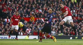 <p>Robin van Persie (à droite) marque pour Manchester United contre son ancien club d'Arsenal à Old Trafford. Les Red Devils, qui se sont imposés 2-1, prennent provisoirement les commandes de la Premier League en attendant le match de Chelsea à Swansea. /Photo prise le 3 novembreREUTERS/Darren Staples</p>