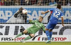 <p>But sur penalty de Roberto Firmino pour Hoffenheim contre Schalke. Hoffenheim, qui s'est imposé 3-2, s'est hissé provisoirement samedi à la 13e place de la Bundesliga. /Photo prise le 3 novembre 2012/REUTERS/Lisi Niesner</p>
