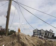 <p>Dans le New Jersey. Le bilan des victimes enregistrés aux Etats-Unis et au Canada après le passage de l'ouragan Sandy qui a balayé la côte est du continent américain cette semaine a atteint au moins 110 morts samedi. /Photo prise le 2 novembre 2012/REUTERS/Bureau du gouverneur/Tim Larsen</p>