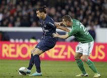 <p>Duel entre Zlatan Ibrahimovic et François Clerc au Parc des Princes. La onzième journée de Ligue 1 a tourné au cauchemar, samedi, pour le PSG qui a essuyé face à Saint-Etienne sa première défaite de la saison à domicile (2-1) et a dû finir le match à 10 après l'exclusion de l'attaquant suédois. /Photo prise le 3 novembre 2012/REUTERS/Cédric Lecocq</p>