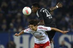 <p>Duel aérien entre le Hambourgeois Heung Min Son (à gauche) et le Munichois David Alaba. Le Bayern Munich s'est imposé 3-0 samedi à Hambourg, portant son avance en tête de la Bundesliga à 7 points, alors que ses principaux poursuivants ont tous calé lors du week-end de la dixième journée. /Photo prise le 3 novembre 2012/REUTERS/Fabian Bimmer</p>