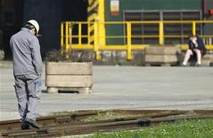 <p>Attendu comme un oracle, le rapport sur la compétitivité des entreprises françaises, que l'ex-PDG de la SNCF et d'EADS Louis Gallois rend lundi, est censé ouvrir un nouveau chantier. Mais le gouvernement ne dispose que de moyens extrêmement réduits. /Photo d'archives/REUTERS/François Lenoir</p>