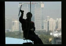 <p>Tombé en septembre à un plus bas de deux ans de 53,7, l'indice PMI officiel des services a rebondi à 55,5 en octobre, grâce à une hausse de l'activité dans les secteurs de la construction et de la distribution. /Photo prise le 24 octobre 2012/REUTERS/Petar Kujundzic</p>