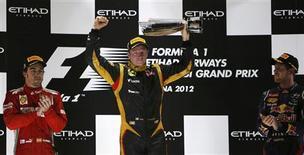 <p>Le Finlandais Kimi Räikkönen (au centre) a remporté dimanche le Grand-Prix de Formule Un d'Abou Dhabi devant l'Espagnol Fernando Alonso (à gauche) et l'Allemand Sebastian Vettel. /Photo prise le 4 novembre 2012/REUTERS/Suhaib Salem</p>