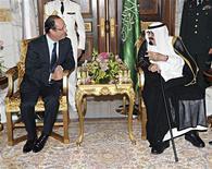 <p>François Hollande et le roi Abdallah d'Arabie saoudite à Djeddah. Arrivé du Liban où il s'est fait l'avocat de l'unité du pays, le président français s'est félicité d'une grande convergence de vue avec le roi d'Arabie Saoudite sur le dossier syrien et libanais. /Photo prise le 4 novembre 2012/ REUTERS/Agence de presse saoudienne</p>