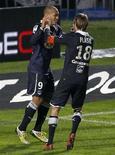 <p>Le capitaine des Girondins Jaroslav Plasil félicite son coéquipier Yoan Gouffran après son but contre Toulouse au stade Chaban-Delmas. La victoire 1-0 des Bordelais dans les dernières minutes du match prive leurs adversaires du soir d'une place de leader de la Ligue 1. /Photo prise le 4 novembre 2012REUTERS/Régis Duvignau</p>