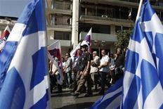 <p>Imagen de achivo de unos manifestantes marchando con banderas de Grecia durante un mitin en contra de las medidas de austeridad del Gobierno en Atenas, oct 18 2012. Un acuerdo para mantener a Grecia a flote y seguir brindándole más fondos de rescate tiene pocas probabilidades de ser alcanzado la semana próxima, cuando los ministros de Finanzas de la zona euro se reúnan en Bruselas, dijo el lunes un funcionario de la Unión Europea. REUTERS/Yorgos Karahalis</p>