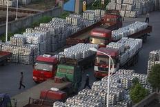 <p>Imagen de archivo de un grupo de trabajadores en un depósito de aluminio en Wuxi, China, sep 26 2012. La economía mundial se desaceleró en octubre debido principalmente a una moderación en el sector manufacturero, según una encuesta de empresas divulgada el martes. REUTERS/Aly Song</p>