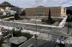 <p>Un vehículo de policía avanza por una avenida en la plaza Syntagma frente al Parlamento en Atenas, nov 7 2012. La golpeada economía de Grecia comenzará a salir de su recesión de seis años en la segunda mitad del 2013 y crecerá modestamente en el 2014, pronosticó el miércoles la Comisión Europea. REUTERS/Yannis Behrakis</p>