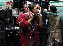<p>Imagen de archivo de unos operadores en la Bolsa Mercantil de Nueva York, mayo 13 2011. Los futuros del petróleo cayeron el miércoles casi un 5 por ciento en Estados Unidos debido a que los problemas económicos que encaran Estados Unidos y Europa afectaron la confianza de los inversores, un día después de la reelección del presidente Barack Obama. REUTERS/Shannon Stapleton</p>