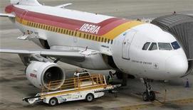 <p>Un avión de la aerolínea Iberia en el aeropuerto de Barcelona, nov 9 2012. IAG anunció el viernes un plan de reestructuración en Iberia con el fin de recuperar la rentabilidad en la filial española que plantea un recorte de plantilla de 4.500 personas y busca centrar el negocio del grupo en las rentables rutas de largo alcance. REUTERS/Albert Gea</p>