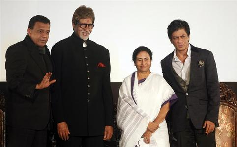 Bollywood actors Mithun Chakraborty (L), Amitabh Bachchan (2nd L) and Shah Rukh Khan (R) pose with Chief Minister of of West Bengal Mamata Banerjee during the inauguration ceremony of the 18th Kolkata International Film festival at an indoor stadium in Kolkata November 10, 2012. REUTERS/Rupak De Chowdhuri