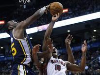 <p>DeMar DeRozan des Toronto Raptors (10) face à Al Jefferson du Utah Jazz. Le Utah Jazz a dû attendre la fin du troisième rappel lundi soir avant de s'imposer sur le parquet des Toronto Raptors (140-133) dans le championnat nord-américain de basket. /Photo prise le 12 novembre 2012/REUTERS/Mark Blinch</p>