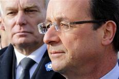 <p>L'impopularité de François Hollande et de son Premier ministre est avant tout liée à la hausse des impôts, selon un sondage Viavoice pour Libération. /Photo prise le 11 novembre 2012/REUTERS/Philippe Wojazer</p>
