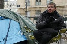 <p>En réponse à la grève de la faim observée par Stéphane Gatignon, le maire de Sevran (Seine-Saint-Denis), devant l'Assemblé Nationale, les députés ont augmenté mardi de 50% la dotation de développement urbain (DDU) dont profitent les communes les plus pauvres. /Photo prise le 12 novembre 2012/REUTERS/Benoît Tessier</p>