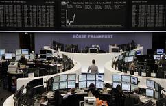 <p>Les Bourses européennes restent dans le rouge à mi-séance mardi, pour la cinquième séance consécutive. Aux inquiétudes liées au budget américain et à la crise grecque sont venus s'ajouter des nouvelles négatives sur le front des sociétés et un indice ZEW alarmant en Allemagne. À Paris, le CAC 40 perd 0,57%, le Dax-30 cède 0,71% à Francfort et le FTSE-100 0,68% à Londres. /Photo prise le 13 novembre 2012/REUTERS/Remote/Marthe Kiessling</p>