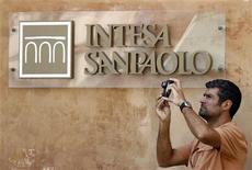 <p>Intesa Sanpaolo, première banque de détail italienne, affiche un bénéfice imposable trimestriel supérieur aux attentes et dit avoir renforcé son bilan en dépit de l'augmentation des provisions pour créances douteuses. /Photo d'archives/REUTERS/Alessandro Bianchi</p>