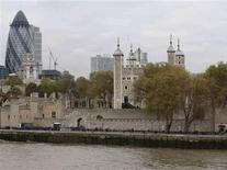 <p>La police britannique a ouvert une enquête afin de déterminer comment un homme a pu s'introduire dans la Tour de Londres et voler un jeu de clés du monument historique qui abrite les joyaux de la couronne. /Photo prise le 13 novembre 2012/REUTERS/Olivia Harris</p>