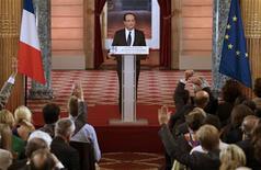 <p>François Hollande a défendu mardi à Paris, lors de sa première conférence de presse, ses choix économiques pour faire face à la crise et a confirmé les objectifs de la France en matière de baisse des déficits publics, tout en appelant les Européens à réfléchir au rythme de l'ajustement budgétaire. /Photo prise le 13 novembre 2012/REUTERS/Philippe Wojazer</p>