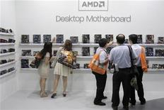 <p>Advanced Micro Devises a engagé JPMorgan pour explorer les options à sa disposition, ce qui pourrait se traduire par une vente du spécialiste américain des semiconducteurs, selon trois sources proches de la situation. /Photo prise le 6 juin 2012/REUTERS/Yi-ting Chung</p>