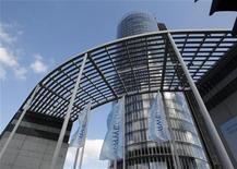 <p>RWE, numéro deux allemand des services aux collectivités, a relevé mercredi sa prévision de résultat brut d'exploitation pour 2012, grâce à des réductions de coûts et à une série d'opérations de cessions effectuées dans le cadre d'un programme de cession d'actifs de sept milliards d'euros. /Photo prise le 6 mars 2012/REUTERS/ Ina Fassbender</p>