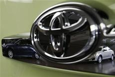 <p>Toyota Motor a annoncé le rappel d'environ 2,77 millions de véhicules dans le monde, en raison d'un mauvais fonctionnement du système de direction et de la pompe à eau du système hybride. /Photo prise le 5 novembre 2012/REUTERS/Kim Kyung-Hoon</p>