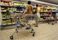 <p>Les prix à la consommation sont repartis à la hausse en France en octobre progressant de 0,2%, principalement sous l'effet de la hausse des prix du tabac. Hors tabac, la hausse de l'indice des prix à la consommation est plus modérée (+0,1% sur un mois) et résulte principalement de l'augmentation des prix des produits alimentaires frais. /Photo d'archives/REUTERS/Eric Gaillard</p>