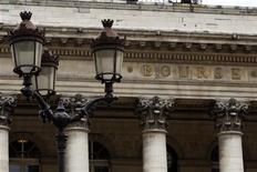 <p>Les Bourses européennes ont ouvert en baisse mercredi, dans des marchés qui manquent de ressort pour prolonger le rebond de la veille face aux craintes d'une crise budgétaire aux Etats-Unis et aux incertitudes concernant la situation de la Grèce. À Paris, l'indice CAC 40 perd 0,37%, à Francfort, le Dax cède 0,17% et à Londres, le FTSE recule de 0,51%. L'indice paneuropéen Eurostoxx 50 s'effrite lui de 0,37%. /Photo d'archives/REUTERS/Charles Platiau</p>