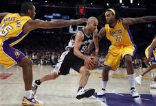 <p>Tony Parker essaye de marquer pour les Spurs face aux Lakers de Metta World Peace et Jordan Hill (27). Les San Antonio Spurs ont battu mardi les Los Angeles Lakers 84-82. /Photo prise le 13 novembre 2012/REUTERS/Lucy Nicholson</p>