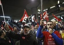 <p>Manifestation à la gare Atocha, à Madrid, lors d'une grève générale de 24 heures organisée simultanément en Italie, au Portugal et en Grèce. En France, plus de 130 rassemblements sont prévus mercredi à l'appel de cinq syndicats, en écho à cette journée de mobilisation européenne contre l'austérité. /Photo prise le 14 novembre 2012/REUTERS/Paul Hanna</p>