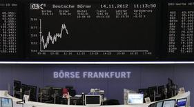 <p>Les Bourses européennes restent orientées en baisse mercredi à mi-séance, les tensions au sein de la zone euro et les craintes d'une crise budgétaire imminente aux Etats-Unis l'ayant emporté sur quelques bons résultats de sociétés. À Francfort, le Dax cède 0,39% et à Londres, le FTSE recule de 0,56% vers 12h25 GMT. A Paris, le CAC 40 perd 0,34% à 3.418,90 points. /Photo prise le 14 novembre 2012/REUTERS/Remote/Staff</p>