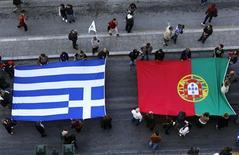 <p>Plusieurs centaines de grévistes se sont rassemblés dans le calme dans le centre d'Athènes, déployant de grands drapeaux grecs, italiens, portugais et espagnols pour protester contre les politiques d'austérité en Europe. /Photo prise le 14 novembre 2012/REUTERS/Yannis Behrakis</p>