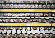 """<p>Le Sénat a adopté mercredi par 212 voix contre 133 un amendement dit """"Nutella"""" qui prévoit de multiplier par quatre la taxe sur les huiles de palme à la fois pour des raisons de santé publique et d'environnement. Cet amendement porte le nom de la pâte à tartiner qui, comme de nombreux produits industriels, contient ce type d'huile. /Photo d'archives/REUTERS/Dado Ruvic</p>"""